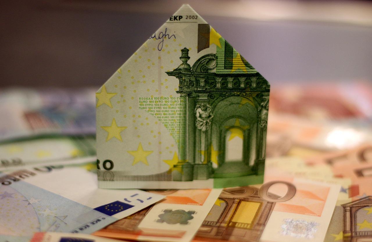 8 conseils de base avant d'emprunter Avant de signer un dossier de prêt auprès d'un établissement de crédit, il est indispensable d'examiner certains points. Conseils de base à suivre avant d'emprunter … Analyser le taux d'intérêt Avant la souscription, il faudra toujours s'assurer que le taux d'intérêt est inférieur au taux d'usure de la banque de France. Comparer ensuite les différents taux bancaires de plusieurs établissements pour en tirer l'intérêt le plus compétitif. Négocier les conditions de l'assurance décès Ce type d'assurance permet à l'emprunteur de régler l'intégralité de sa dette même après sa mort. Ce qui allège les charges des successeurs. Outre le décès, la négociation des conditions de couverture peut concerner plusieurs aléas de la vie dont l'invalidité et l'incapacité de travail. Vérifier la flexibilité de la banque Il s'agit ici de voir si l'établissement de crédit accepte la suspension d'une échéance d'emprunt pendant les périodes où le débiteur rencontre des difficultés (baisse de revenus, vol …). S'assurer également qu'il n'y a pas de frais qui accompagnent cette modularité. A ce titre, opter pour la création d'une société offshore est plus simple et rapide qu'il n'y parait, pensez-y pour gagner beaucoup de temps! Examiner les frais de dossier Ces frais ont tendance à augmenter les dépenses de l'emprunteur lors d'un prêt. Il faudra négocier leur suppression ou au moins demander à les réduire. Emprunter ce que l'on peut rembourser En empruntant de l'argent, on s'engage à le rembourser intégralement quelle que soit l'évolution des revenus. Aussi, il est plus prudent de toujours calculer à l'avance la somme que l'on peut rendre durant la période de remboursement. Le montant peut-il être supporté par son budget? De même, même si la mensualité est faible, il est important de s'assurer que le remboursement du prêt ne soit pas trop long. Bien réfléchir pendant la période de rétractation Dans le cadre d'un crédit, la banque présente à l'emprunteur un